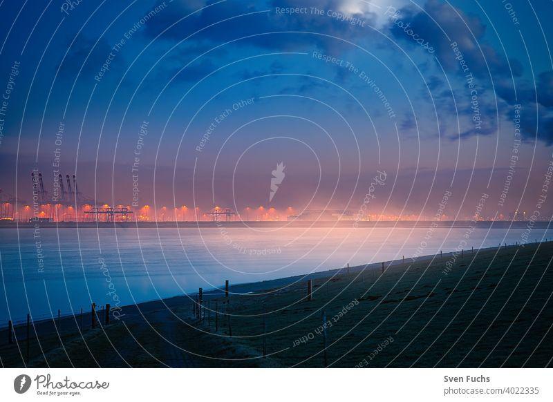 Der Jade Weser Port bei Mondlicht in einer Nebelstimmung hafen jade weser port containerhafen tiefwasserhafen güterumschlag maritim seefahrt dämmerung nebel