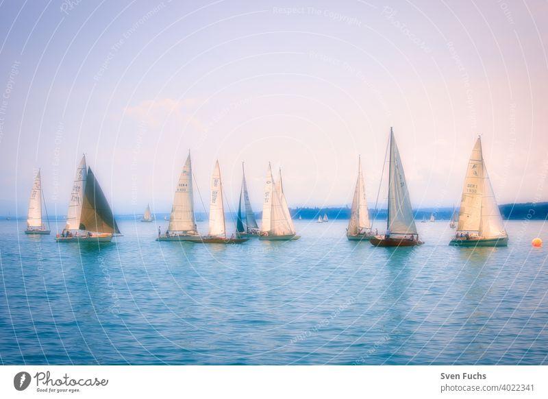 Segelboote auf dem Bodensee bei romantischer Stimmung (Weichzeichner) segelboote segelsport segeln wassersport bodensee gewässer deutschland baden-württemberg