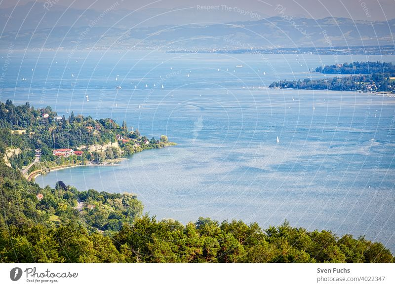Der Bodensee beeindruckt durch seine imposante Größe bodensee gewässer wasser deutschland baden-württemberg ufer segelboote landschaft panorama sommer anblick