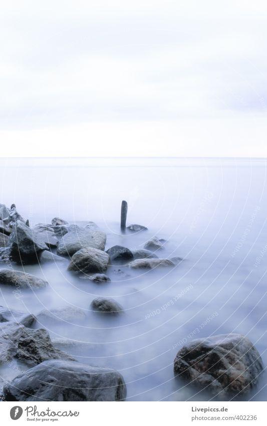 Ostseeküste Strand Meer Wellen Umwelt Natur Landschaft Wasser Himmel Wolken Herbst Küste Stein Holz frisch kalt nass blau grau Farbfoto Gedeckte Farben