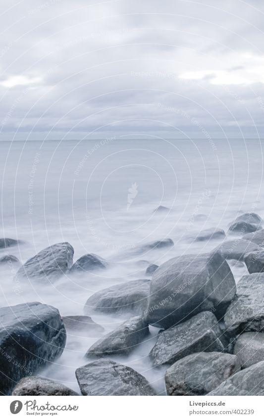 Ostseeküste Ferne Freiheit Strand Meer Wellen Umwelt Natur Wasser Himmel Wolken Herbst Wind Sturm Küste frisch kalt nass wild blau grau Farbfoto Außenaufnahme