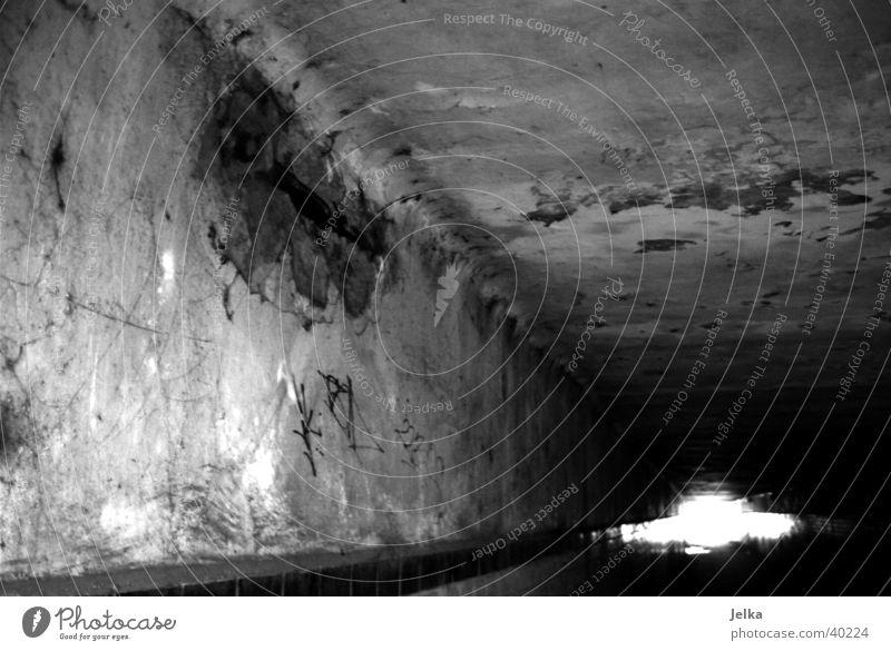 Fußgängertunnel unter der Bahn durch alt Wand Mauer Beton kaputt verfallen Verfall schäbig Tunnel Durchblick verwittert baufällig Tunnelblick Betonwand Einsturzgefahr Betonbauweise