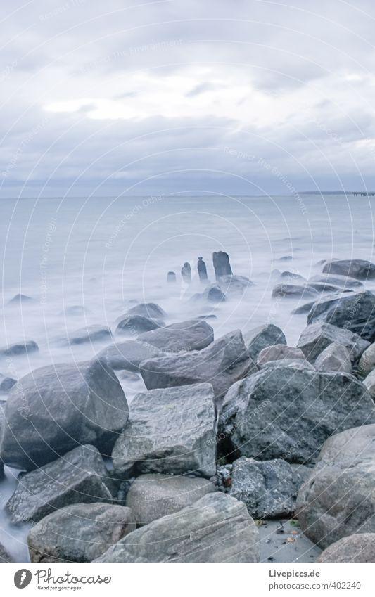 Ostseeküste Freiheit Strand Wellen Umwelt Natur Landschaft Luft Wasser Himmel Wolken Herbst Wind Sturm Küste frisch kalt nass wild blau grau Farbfoto