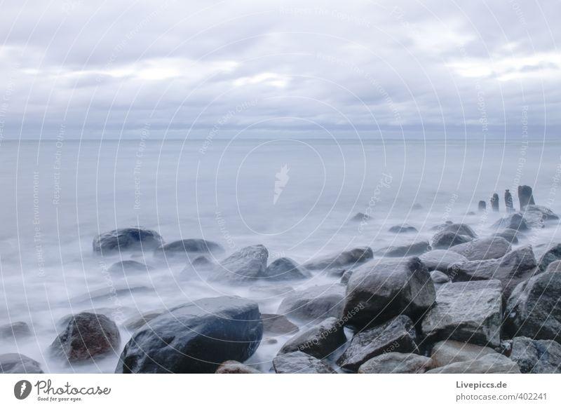 Ostseeküste Ferne Freiheit Strand Wellen Umwelt Natur Landschaft Luft Wasser Himmel Wolken Herbst Wind Sturm Küste frisch kalt nass wild blau grau Farbfoto