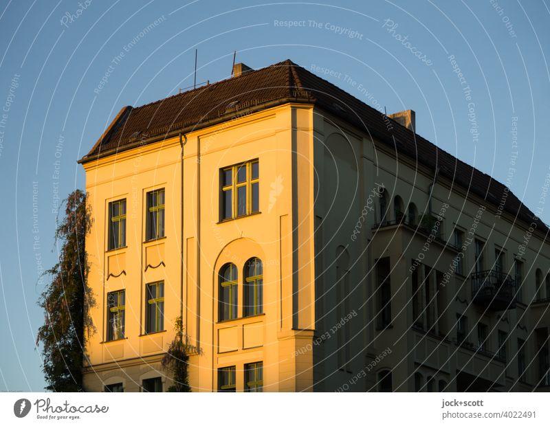 Stadthaus in der Abendsonne Prenzlauer Berg Berlin Architektur Abendlicht Fassade Mietshaus Altbau Efeu Abenddämmerung Eckhaus Sonnenlicht Wolkenloser Himmel