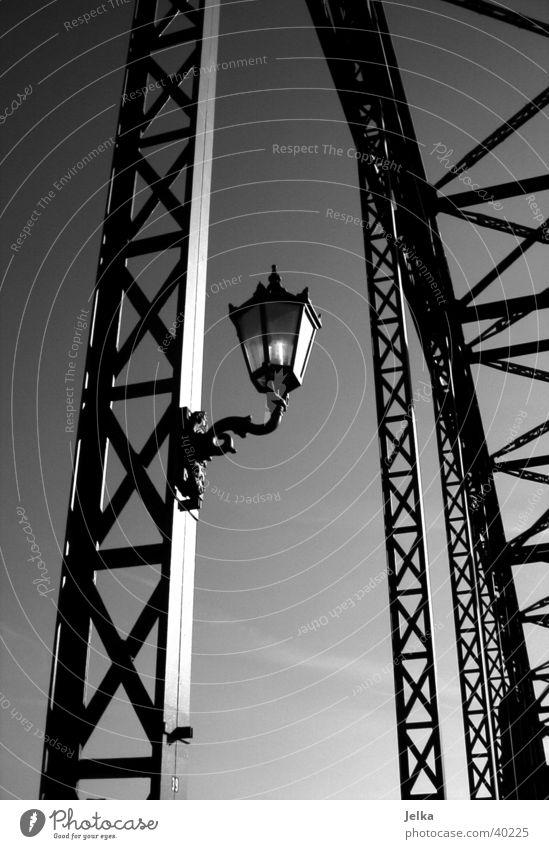 alte Elbbrücke Lampe Harburg Deutschland Europa Brücke elegant Süderelbe Wilhelmsburg Laterne Brückenpfeiler Brückengeländer Elbe brückengerüst Schwarzweißfoto