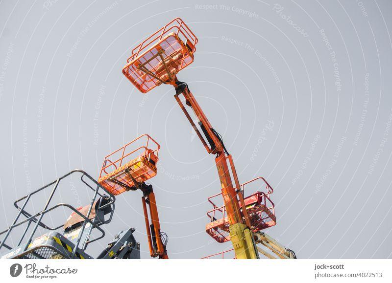 Arbeitsbühnen für die Höhe Schutz Sicherheit Neu Arbeitskorb Teleskopbühne Wolkenloser Himmel farbverfremdet unbenutzt