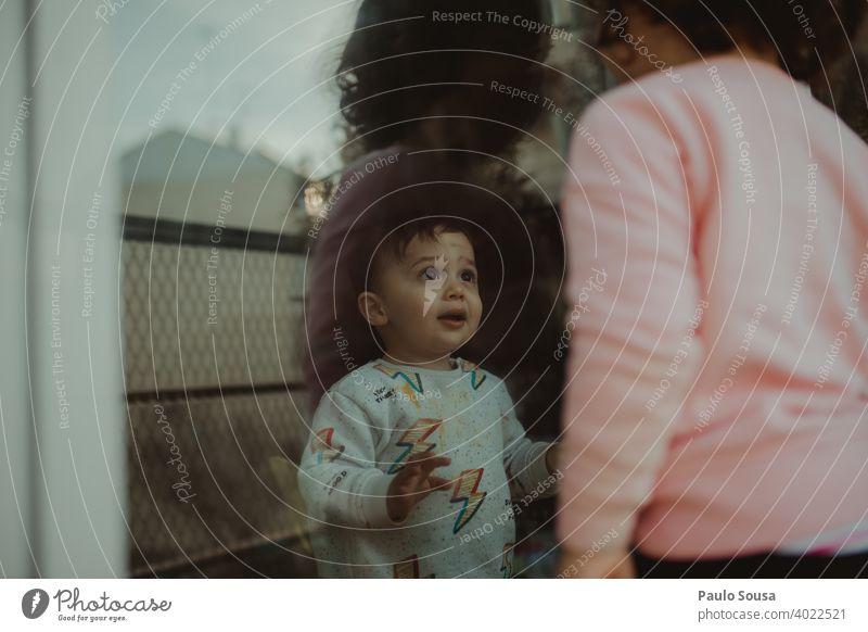 Kleinkind schaut auf Schwester durch das Fenster Geschwister Bruder Familie & Verwandtschaft Zusammensein Zusammengehörigkeitsgefühl Freude Liebe Junge