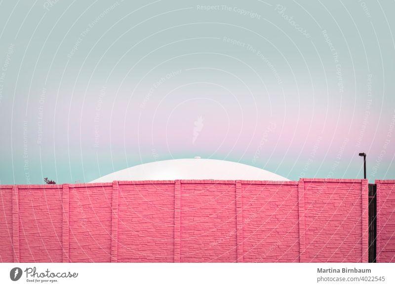 Moderne Architektur, UFO hinter einer rosa Backsteinmauer modern Pastellfarben im Freien Hintergrund Textur Textfreiraum urban Material Stein abstrakt