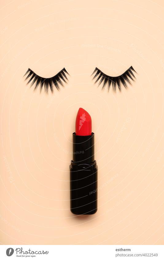 Falsche Wimpern und roter Lippenstift - Schönheit und Make-up-Konzept Menschen Augenbrauen Bürste nageln Objekt Kurve Gesichtsbehandlung Paar Accessoire Farbe