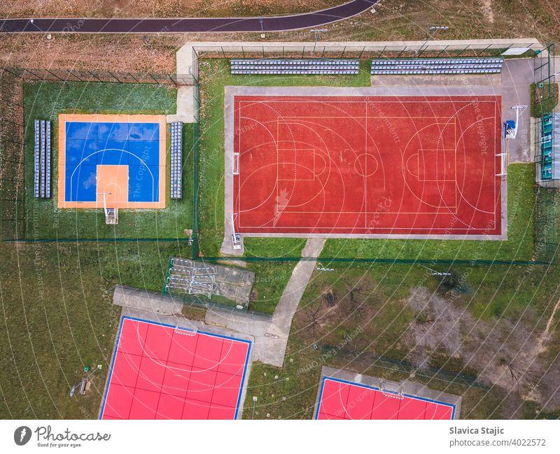 Bunte Basketball, Volleyball und Fußballplätze. Eine rote, orange und blau gefärbt Outdoor-Sportplätze für Basketball, Handball und Fußball von oben. Aktivität