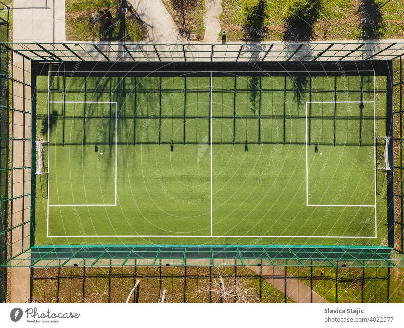 Drone Ansicht der Straße Fußballplatz. Outdoor-Sportplatz mit grüner Oberfläche zum Spielen von Fußball oder Soccer im städtischen Bereich, Detail, Drohnenansicht