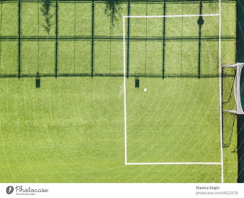 Grüner Urban Soccer Court. Outdoor-Sportplatz mit grüner Oberfläche zum Spielen von Fußball oder Soccer im urbanen Bereich, Detail, Drohnenansicht Aktivität