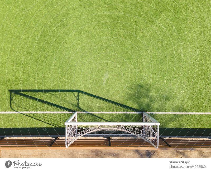 Grüner Fußballplatz Detail .Outdoor-Sportplatz mit grüner Oberfläche zum Spielen von Fußball oder Soccer im städtischen Bereich, Detail Aktivität künstlich