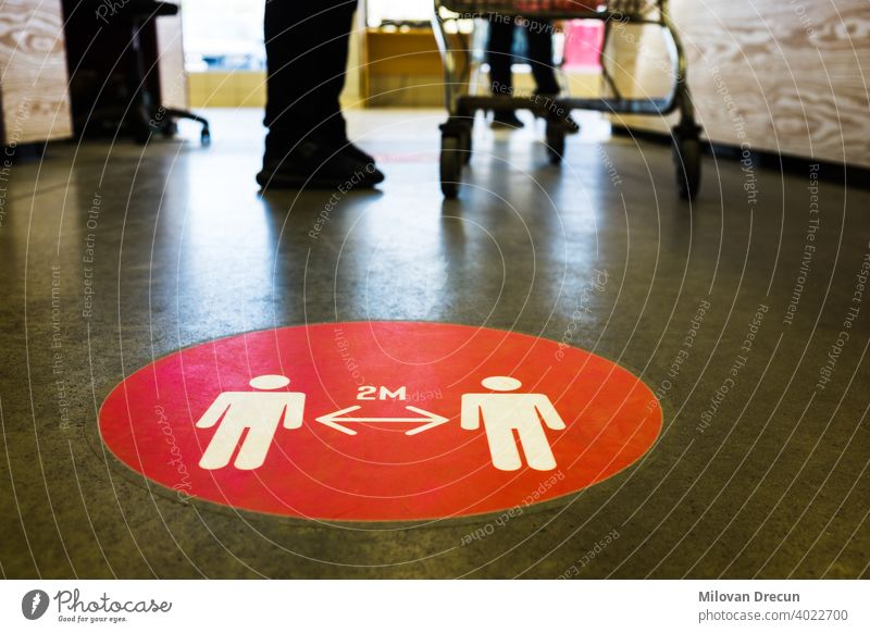 Rotes rundes Schild auf Boden bei Supermarkt gedruckt 2m 6ft Beratung abgesehen Gegend Pflege Vorsicht Kasse Korona Coronavirus Abfertigungsschalter COVID