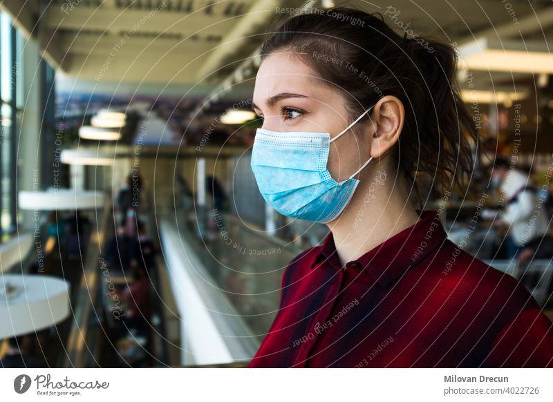 Schöne hübsche besorgte kaukasische junge Frau trägt schützende chirurgische Gesichtsmaske Angst attraktiv kaufen Kaukasier Vorsicht ansteckend Korona