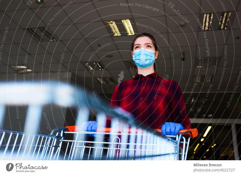 Besorgte und ängstliche kaukasische Frau, die eine schützende chirurgische Gesichtsmaske und Latexhandschuhe trägt Angst kaufen Karre Kaukasier Checkliste