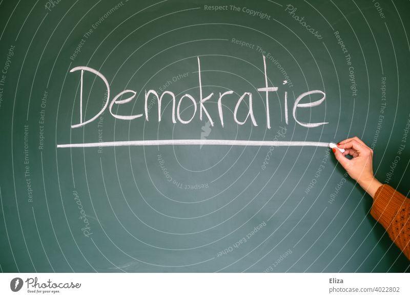 Demokratie - Wort auf Tafel geschrieben demokratisch Politik Wahlen wählen Grundgesetz Gerechtigkeit Freiheit politisch Staat