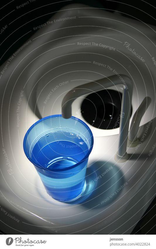 Spülbecher beim Zahnarzt blau Wasser Becher Plastikbecher ausspülen Zahnmedizin Becken Gesundheit dental Gesundheitswesen Medizin weiß Nahaufnahme Hygiene
