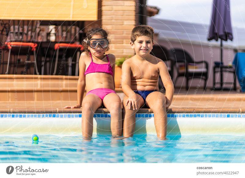Zwei lustige Kinder auf einem Poolside aktiv Aktivität bezaubernd aqua blau Junge Bruder Kaukasier Kindheit niedlich Saum Familie Freunde Freundschaft Mädchen