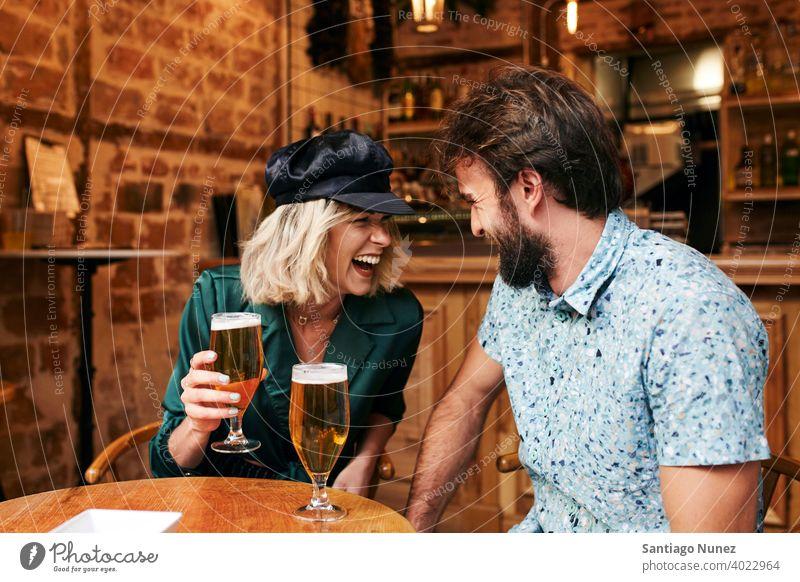 Kaukasisches Paar bei einem Drink in einer Bar. Erwachsener Frau Mann Menschen Glück Restaurant Lifestyle männlich zwei Kaukasier schön Fröhlichkeit
