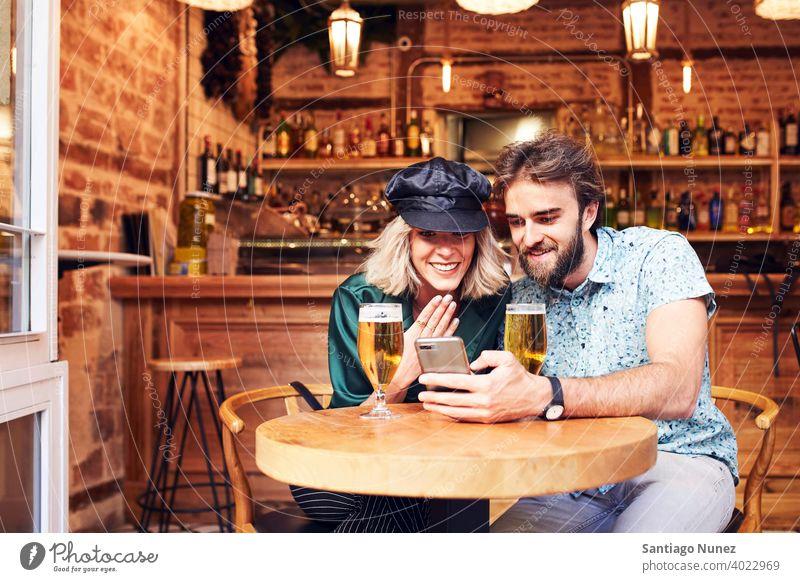 Kaukasisches Paar bei einem Drink in einer Bar. Erwachsener Frau Mann Menschen Glück Lifestyle männlich zwei Kaukasier schön Zusammensein trinken Lächeln Liebe