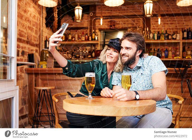 Kaukasisches Paar bei einem Drink in einer Bar. Erwachsener Frau Mann Menschen Glück Restaurant Lifestyle männlich zwei Kaukasier Fröhlichkeit trinken Lächeln