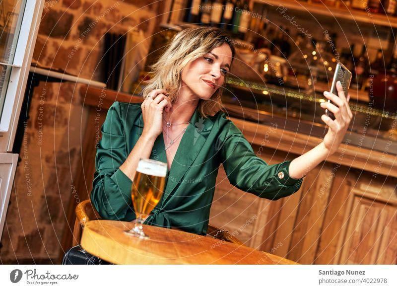Frau macht ein Selfie in einer Bar. Paar Erwachsener Glück Restaurant Lifestyle Kaukasier schön Fröhlichkeit trinken Lächeln Spaß Liebe Freude Feier Datierung