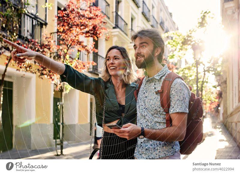 Pärchen auf der Straße, das auf etwas zeigt. Paar Erwachsener Frau Mann Menschen Glück Lifestyle männlich zwei Kaukasier Fröhlichkeit Zusammensein Lächeln