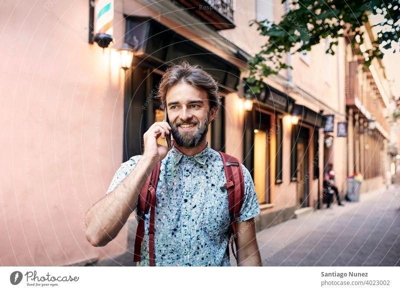 Mann, der auf der Straße telefoniert. Erwachsener Glück Lifestyle Kaukasier Fröhlichkeit Lächeln Spaß Liebe Freude Freizeit heiter Lachen Termin & Datum Genuss