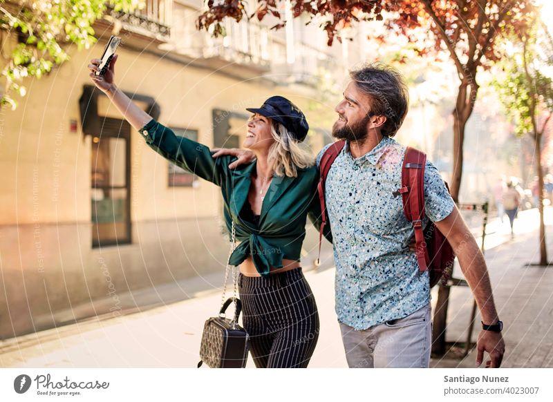 Paar zu Fuß auf der Straße nehmen ein Selfie Erwachsener Frau Mann Menschen Glück Lifestyle männlich zwei Kaukasier schön Fröhlichkeit Zusammensein trinken