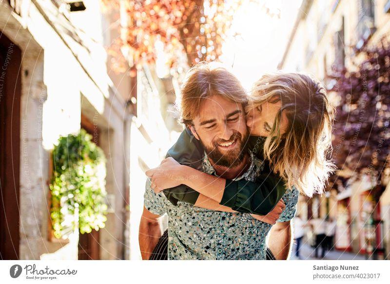Frau huckepack auf Mann auf Straße. Paar Erwachsener Menschen Glück Lifestyle männlich zwei Kaukasier schön Fröhlichkeit Zusammensein trinken Lächeln Spaß Liebe
