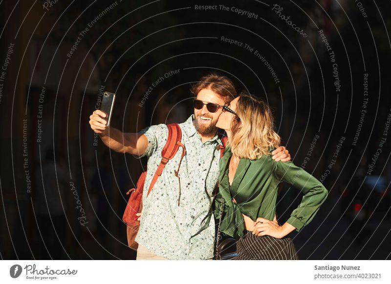 Paar zu Fuß auf der Straße nehmen ein Selfie Erwachsener Frau Mann Menschen Glück Lifestyle männlich zwei Kaukasier schön Fröhlichkeit Zusammensein Lächeln Spaß