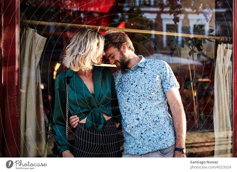 Kaukasisches Paar auf der Straße, das sich umarmt. Erwachsener Frau Mann Menschen Glück Lifestyle männlich zwei Kaukasier schön Fröhlichkeit Zusammensein
