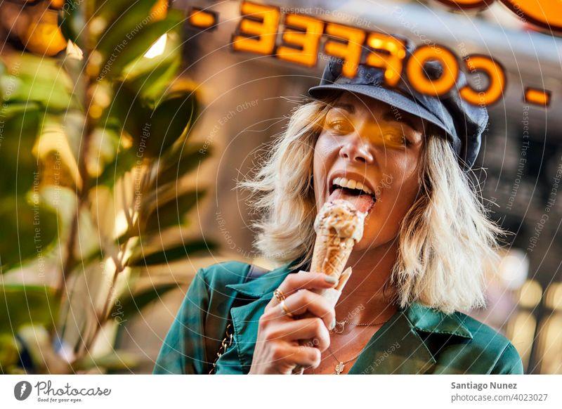 Frau leckt Eiscreme und schaut durch ein Fenster. Paar Erwachsener Glück Lifestyle Kaukasier schön Fröhlichkeit Lächeln Spaß Liebe Freude Feier Datierung