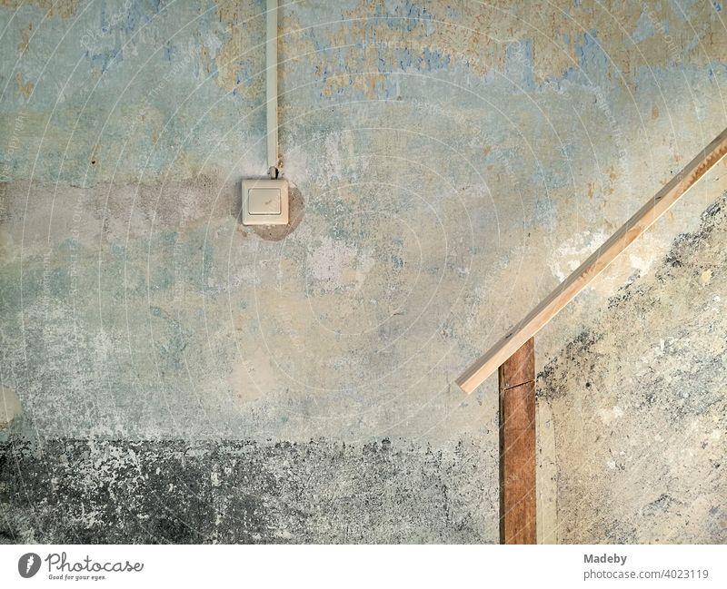 Lichtschalter und improvisiertes Treppengeländer in einem renovierungsbedürftigen Treppenhaus auf einem Bauernhof in Rudersau bei Rottenbuch im Kreis Weilheim-Schongau in Oberbayern