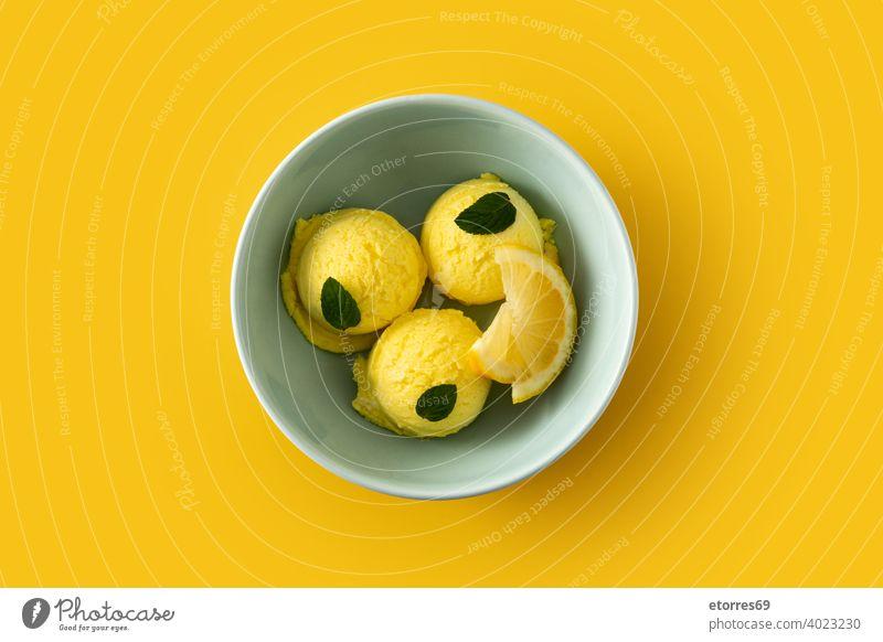 Zitroneneiskugel, dekoriert mit Minzblättern in Schale kalt cremig Molkerei lecker Dessert Lebensmittel frieren Speiseeis eisbedeckt vereinzelt Minze
