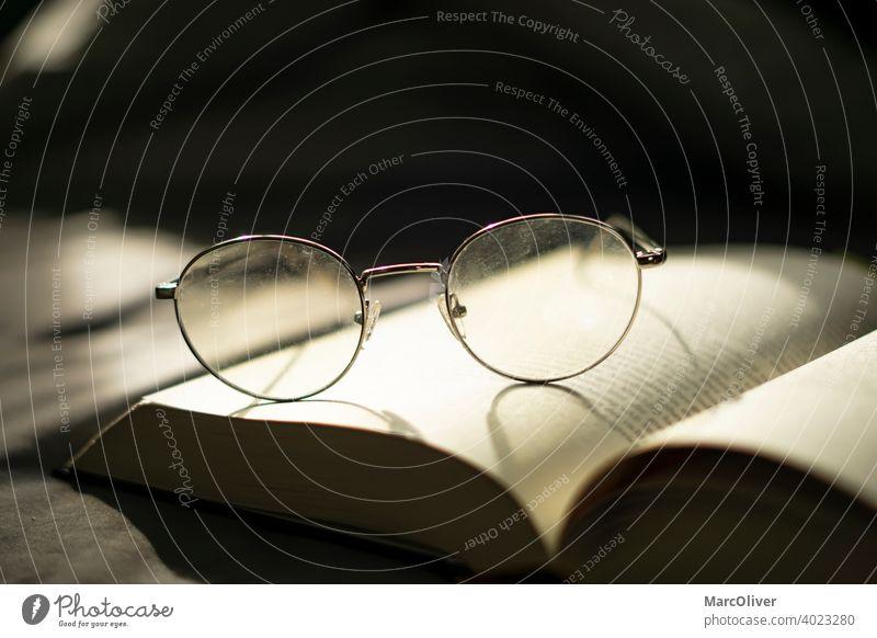 Brille auf einen Buch. Ein Buch Lesen. Wissen. Weisheit lesen Lesen eines Buches Lesebrille studierend Bildung lernen Literatur Bibliothek Information
