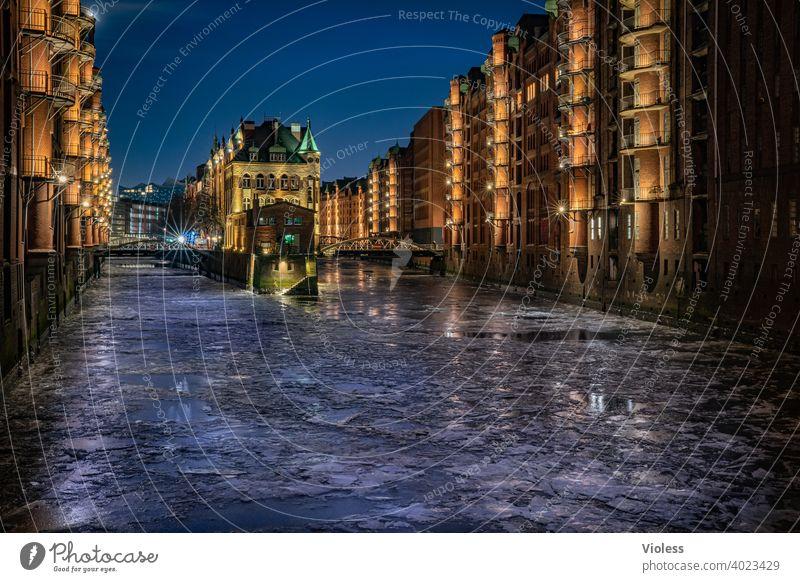 Elbschlößchen im Eis III dunkel kalt gefroren Dämmerung Nachtaufnahme Brücke Burg oder Schloss Weitwinkel Alte Speicherstadt Hamburger Hafen Wasserschloss