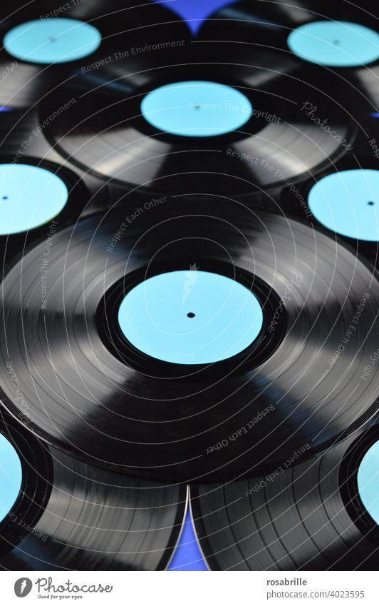 back to the roots | Schallplatten Entertainment Party Musik Diskjockey Feste & Feiern Tanzen Musik hören alt Fröhlichkeit glänzend historisch positiv rund blau