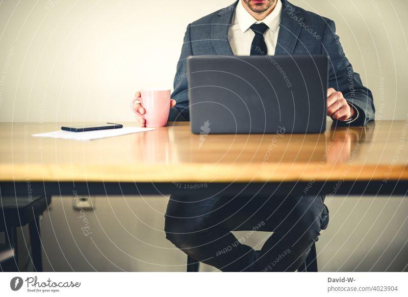 Geschäftsmann arbeitet an einem Laptop strategie Marketing Business Anzug homeoffice Krawatte Mann Kompetenz arbeitend Mitarbeiter social media Manager