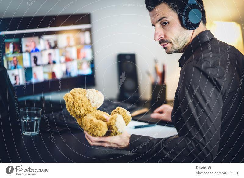 Mann im Homeoffice - Kindererziehung und Arbeit Laptop arbeiten Notebook gewissen alleinerziehend Meeting online coronavirus pandemie Business Familie