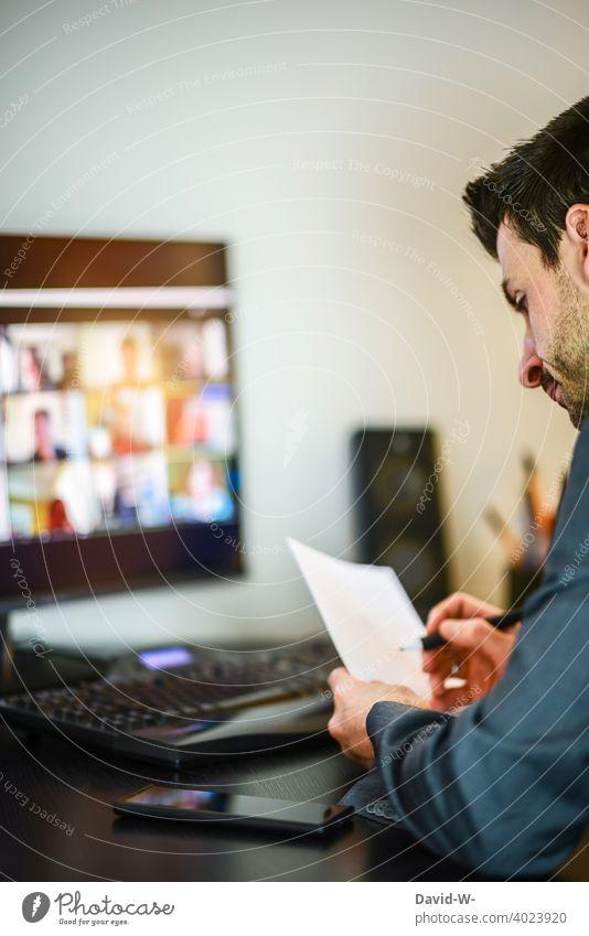 Mann arbeitet am Computer arbeiten Büro Homeoffice Business Monitor Besprechung Konferenz online Team Meeting Internet Schreibtisch digital Job modern zu Hause