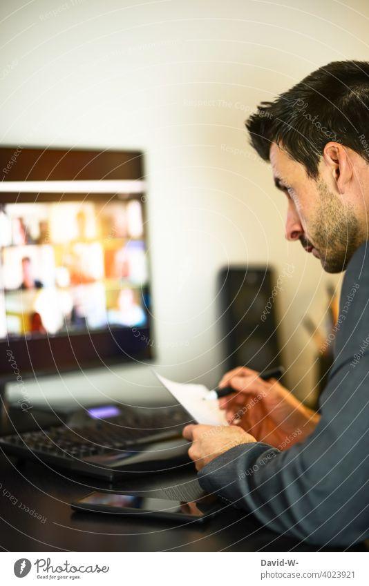 Mann konzentriert im Homeoffice am Computer arbeiten Corona Coronavirus Büro zu Hause Konferenz Meeting Internet online planung Besprechung Team Teamwork