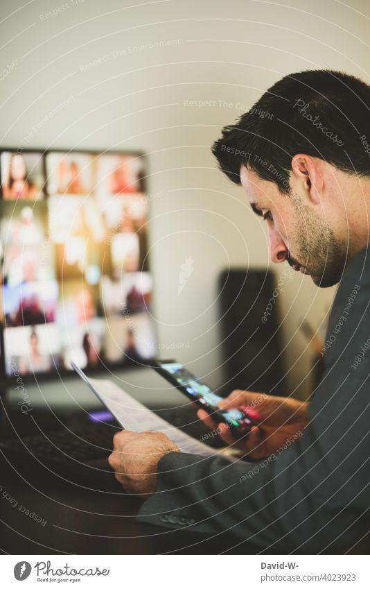 Mann am Pc - arbeiten - prüfen und kontrollieren Computer Laptop Konferenz Handy checken überarbeiten Internet Business Arbeitsplatz Schreibtisch Homeoffice