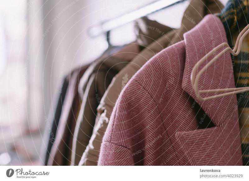 Nahaufnahme von verschiedenen Kleidungsstücken auf einem Kleiderbügel, Mode Mantel Farbe Ablage Bekleidung farbenfroh Werkstatt Kleiderschrank Sammlung anhaben