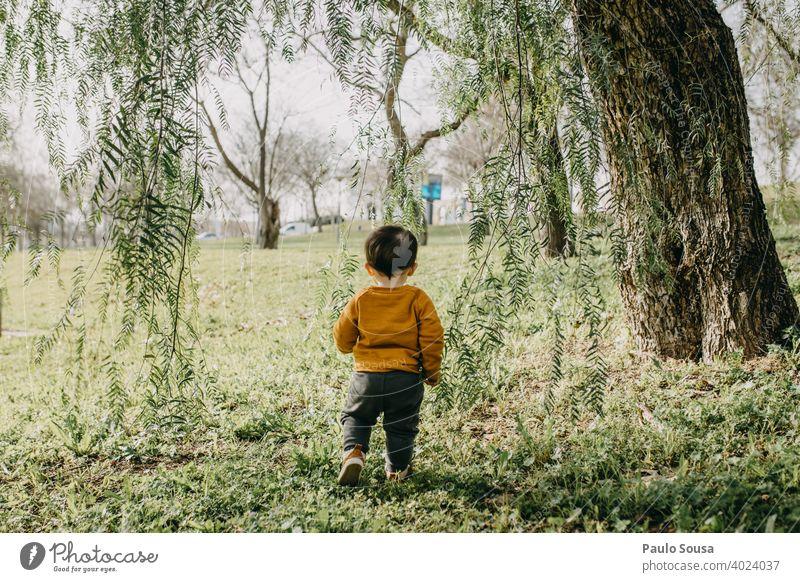 Kind spielt im Park Baum Kindheit 1-3 Jahre authentisch Kaukasier Farbfoto erkunden Tag Lifestyle Fröhlichkeit Leben mehrfarbig Freude Glück Außenaufnahme