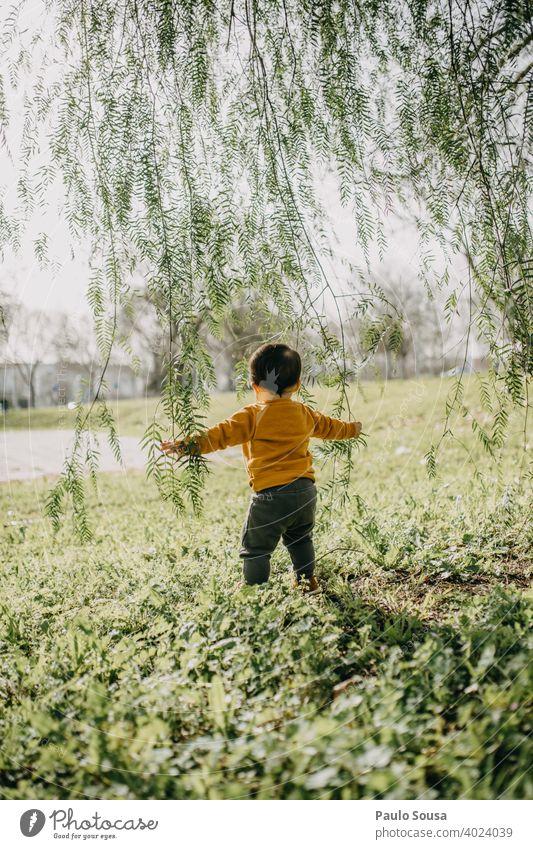 Kind spielt im Park Kindheit Natur Fröhlichkeit Mensch Farbfoto Kleinkind mehrfarbig Kindheitserinnerung Glück Freizeit & Hobby 1-3 Jahre Spielen Freude