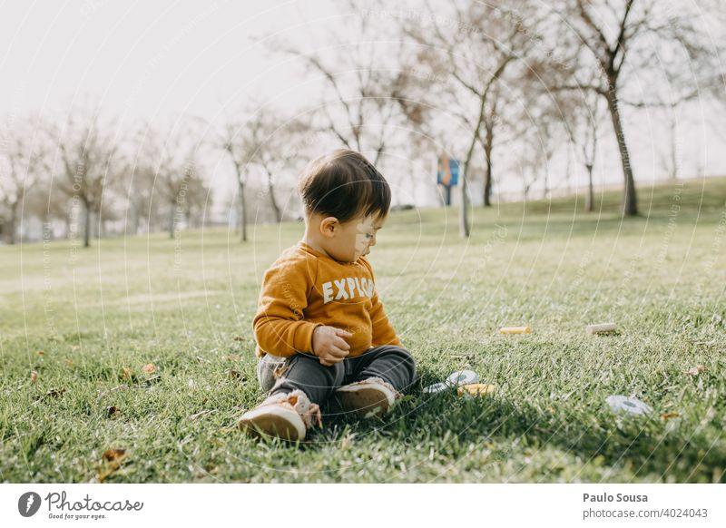 Kind spielt im Park Kindheit Kaukasier Glück Kindheitserinnerung Fröhlichkeit authentisch Freude Lifestyle Farbfoto 1-3 Jahre Spielen Freizeit & Hobby