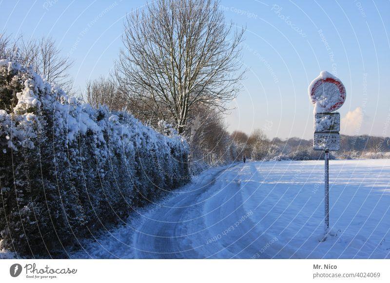 Winterlandschaft Wege & Pfade Schnee Spuren kalt weiß Hecke Baum Schilder & Markierungen Verkehrsschild schneebedeckt Himmel Feld Einsamkeit Umwelt Landschaft